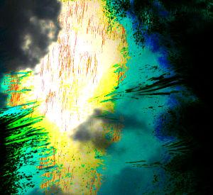 Eine Lichterscheinung am Himmel zwischen den Wolken.