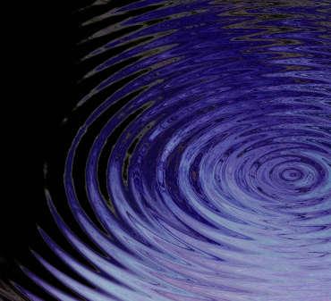 Konzentrische Ringe auf einer Wasseroberfläche.
